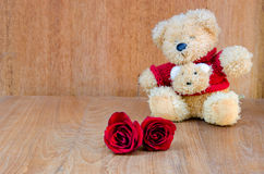 Красная роза с концепцией валентинки плюшевого медвежонка на деревянной предпосылке Стоковое Изображение