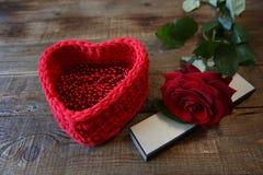 Красная роза с серебряной коробкой и красное сердце для подарка на деревянной предпосылке с космосом экземпляра для текста стоковое изображение