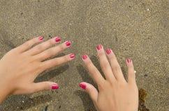 Красная рука ногтей Стоковые Изображения RF