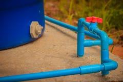 Красная ручка шарикового клапана PVC на линии трубы PVC в системе трубопровода Стоковое Изображение