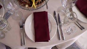 Красная салфетка на плите в ресторане видеоматериал