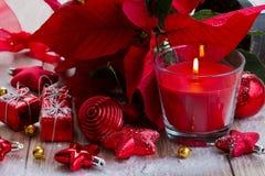 Красная свечка рождества с украшениями Стоковые Изображения