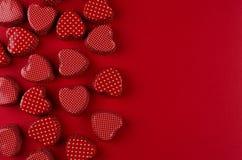 Красная сердец конфеты картины бумага дальше глубоко - красная с космосом экземпляра добавленный вектор Валентайн формы дня предп Стоковая Фотография RF