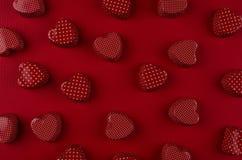 Красная сердец конфеты картины текстура дальше глубоко - красная бумажная добавленный вектор Валентайн формы дня предпосылки Стоковое Изображение RF