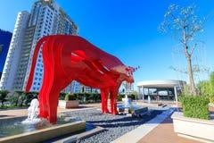 Красная скульптура на премьер-министре ауры SM, торговый центр азиатского буйвола в Taguig, Филиппинах Стоковые Изображения