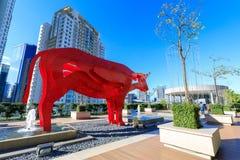 Красная скульптура на премьер-министре ауры SM, торговый центр азиатского буйвола в Taguig, Филиппинах Стоковая Фотография