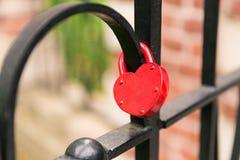 Красная смертная казнь через повешение замка сердца на черной клетке Стоковое Фото