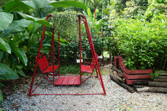 Красная смертная казнь через повешение качания в саде Стоковые Фото