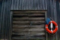 Красная смертная казнь через повешение кольца жизни на гараже Стоковое Изображение RF