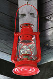 Красная смертная казнь через повешение масляной лампы под деревянной крышей Стоковые Изображения