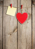 Красная смертная казнь через повешение сердца и карточки на веревке для белья на день валентинки Стоковая Фотография