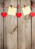 Красная смертная казнь через повешение сердца и карточки на веревке для белья на день валентинки Стоковое Изображение