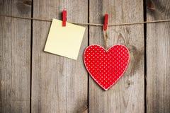 Красная смертная казнь через повешение сердца на веревке для белья на день валентинки Стоковая Фотография RF