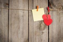 Красная смертная казнь через повешение сердца на веревке для белья на день валентинки Стоковое Изображение RF