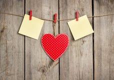 Красная смертная казнь через повешение сердца на веревке для белья на день валентинки Стоковые Фотографии RF