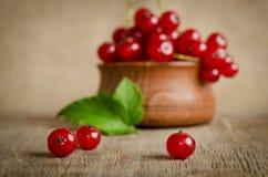Красная смородина в деревянной плите Стоковое Изображение