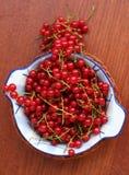 Красная смородина на деревянном столе Стоковые Фото
