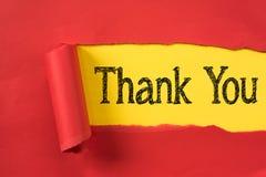 Красная сорванная бумага показывая СПАСИБО слово на желтой бумаге Стоковые Фото