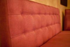 Красная софа в кафе Стоковое Изображение RF