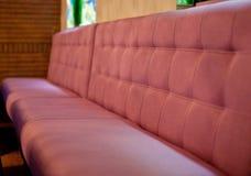 Красная софа в кафе Стоковые Фото