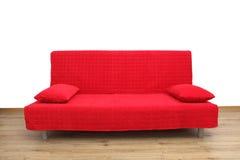 Красная софа в пустой живущей комнате Стоковые Изображения