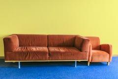 Красная софа в dinning комнате Стоковая Фотография