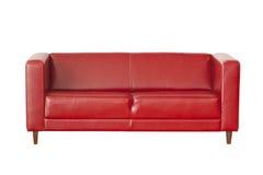 Красная софа изолированная на белизне Стоковые Фотографии RF