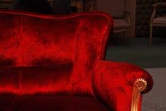 Красная софа. Предмет мебели. стоковые фотографии rf