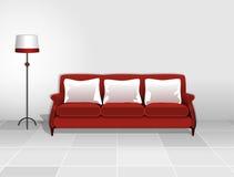 Красная софа с белыми валиками Стоковое Изображение