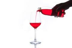 Красная сода лить в стекло Стоковое Фото