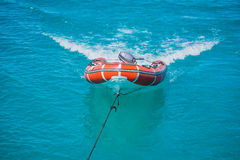 Красная спасательная шлюпка в море Стоковая Фотография RF
