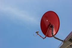 Красная спутниковая антенна-тарелка. Стоковая Фотография RF