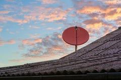 Красная спутниковая антенна-тарелка Стоковая Фотография