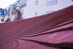 Красная старая крыша от плиток Шифер Криволинейная поверхность Предпосылка или текстура стоковые изображения rf