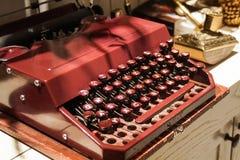 Красная старая ретро винтажная античная машинка Стоковые Изображения RF