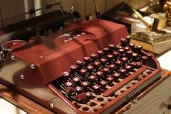 Красная старая ретро винтажная античная машинка Стоковое Фото