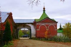 Красная стена монастыря ` s женщин Alekseevsky в Uglich, России стоковое фото