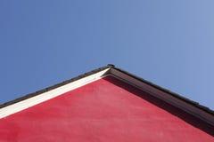 Красная стена дома, щипец, крыша стоковые фото