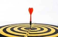Красная стрелка дротика в центре  dartboard Стоковое фото RF