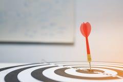 Красная стрелка дротика ударяя в центре цели Стоковые Фото
