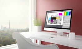 красная студия с компьютером графического дизайна стоковая фотография