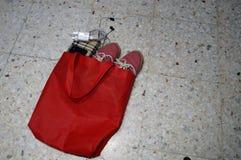 Красная сумка, красный ботинок, телефон и аксессуары, бумажник стоковые фотографии rf