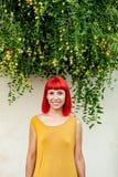 Красная с волосами женщина ослабленная в парке Стоковые Фотографии RF