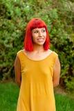 Красная с волосами женщина ослабленная в парке Стоковые Изображения RF