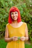 Красная с волосами женщина ослабленная в парке Стоковое фото RF