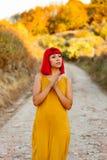 Красная с волосами женщина принимая прогулку Стоковые Фотографии RF