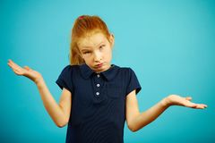 Красная с волосами озадаченная девушка поднимает пожимания плечами, выражает незнание ситуации или проблема, стоит на предпосылке стоковые изображения rf