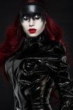 Красная с волосами женщина с странным черным составом Стоковые Изображения RF