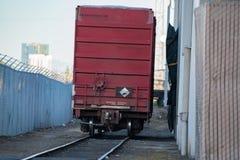 Красная тележка железной дороги груза стоковые фотографии rf