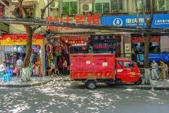 Красная тележка поставки перед магазином на улице в Китае Стоковое Фото